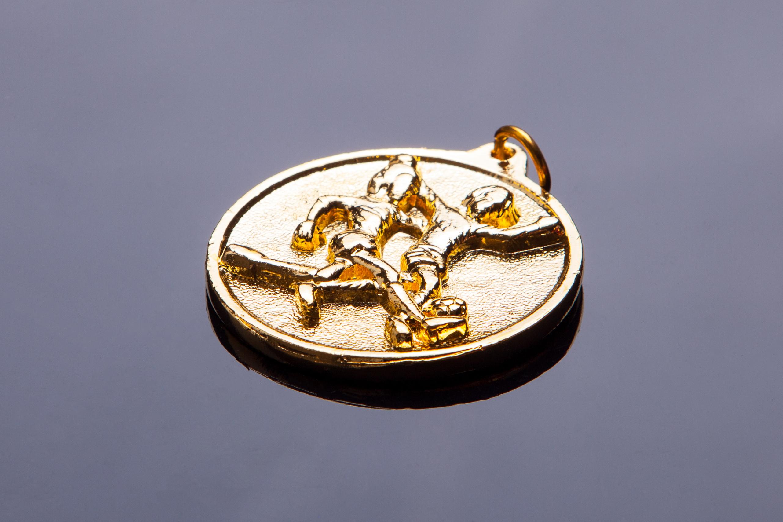 เหรียญคนเตะฟุตบอลสีทอง